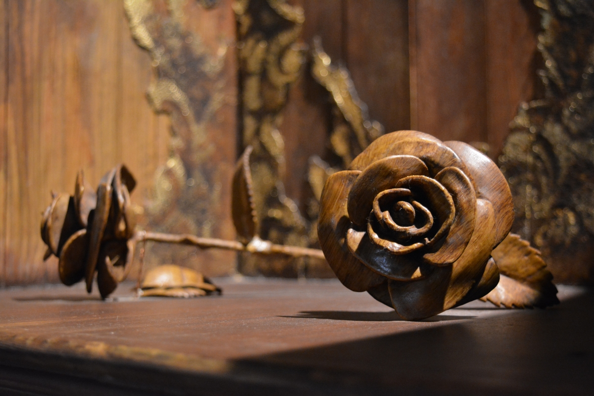 Wodden Roses on the throne at the Richard III Visitor Centre